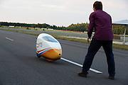 Ellen van Vugt wordt opgevangen nadat ze in de VeloX S het wereldrecord verbroken heeft in de zesuur categorie tijdens het recordweekend op de Dekra baan in Schipkau. In zes uur heeft zij 404,0 km afgelegd, gelijk aan gemiddelde snelheid van 67,3 km/h. Zij is daarmee niet alleen de snelste vrouw in deze categorie, ze laat ook alle mannen achter zich. In Duitsland worden op de Dekrabaan bij Schipkau recordpogingen gedaan met speciale ligfietsen tijdens een speciaal recordweekend.<br /> <br /> Ellen van Vugt has set a new world record in the six hours category during the record weekend at the Dekra track with the VeloX S. In six hours she has traveled 404.0 km, equal to average speed of 67.3 km / h. She is not only the fastest woman in this category, also let all the men behind her. In Germany at the Dekra track near Schipkau cyclists try to set new speed records with special recumbents bikes at a special record weekend.