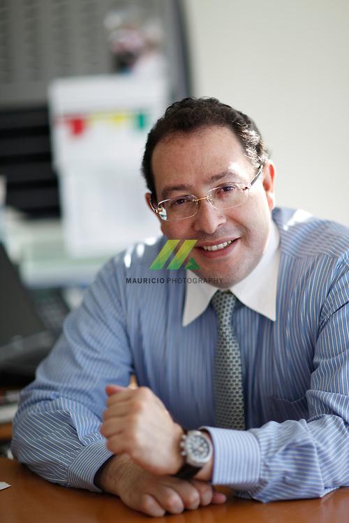 Es Director de Ventas de Afiliados y Distribucion, para Discovery Networks Latin AMerica US Hispanic