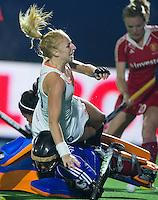 BOOM -  Margot van Geffen gaat neer over de Engelse keeper Maddie Hinch tijdens de halve finale van het EK hockey tussen de vrouwen van Nederland en Engeland. ANP KOEN SUYK