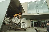 27 APR 2001, BERLIN/GERMANY:<br /> Mitarbeiter der Firma Grohmann bringen Umzugskartons in das neue Bundeskanzleramt<br /> IMAGE: 20010427-01/02-03<br /> KEYWORDS: Kanzleramt, Umzug, Karton, Arbeiter