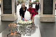 Staatsbezoek van Koning Willem Alexander Koningin Máxima aan de Republiek Polen.<br /> <br /> State visit of King Willem Alexander Queen Máxima of the Republic of Poland.<br /> <br /> Op de foto / On the photo: <br /> <br />  Koning Willem-Alexander, koningin Maxima en de Poolse president Bronislaw Komorowski tijdens de kranslegging bij het Graf Onbekende Soldaat waar het koningspaar ook enige uitleg krijgt<br /> <br /> <br /> King Willem-Alexander, Queen Maxima and Polish President Bronislaw Komorowski during the wreath-laying ceremony at the Tomb Unknown Soldier, where the royal couple will also get some explanation