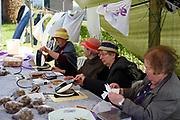 Buurtbewoners verkopen wafels op een brochante in het plaatsje Warnsveld, Gelderland.
