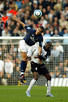 Fotball<br /> Premier League England 2004/2005<br /> Foto: SBI/Digitalsport<br /> NORWAY ONLY<br /> <br /> 30.10.2004<br /> Fulham v Tottenham Hotspur<br /> <br /> Andy Cole of Fulham goes up for an aerial ball with Goran Bunjevcevic of Tottenham