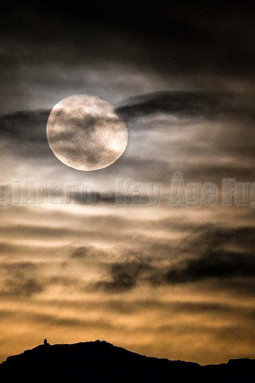 Golden Moonrise over Remøy, Norway | Gyllen måneoppgang over Remøy, Norge.