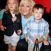 NLD/Amsterdam/20120610 -Uitreiking Johan Kaartprijs 2012, Tineke Schouten met kleinzoon Renato en kleindochter Raffaela