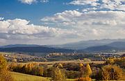 Lutowiska, 2013-10-12 (woj. podkarpackie). Jesienny widok na Lutowiska i wysokie Bieszczady.