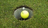 DEN HAAG - Instructie voor Golf.nl met Leonard Smit, headpro van Hooge Rotterdamsche. bal met hole.  COPYRIGHT KOEN SUYK