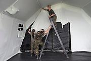 Nederland, Nijmegen, 11-7-2012Militairen, soldaten, personeel van de landmacht, waaronder opvallend veel vrouwen, leggen de laatste hand aan 4daagse kamp heumensoord, waar de ongeveer 5000 militairen verblijven tijdens de Nijmeegse vierdaagse. Voor het eerst wordt een uiterst moderne hospitaaltent van de geneeskundige troepen gebruikt. Het zijn 70 modules van 6 x 4 meter, waar artsen van verschillende landen met verschillende disciplines zullen werken. Ook komt hier de prikpost voor blaren waar 40 man tegelijk kan liggen. Preparation for the fourdays marches.Foto: Flip Franssen/Hollandse Hoogte
