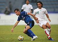 Fotball<br /> Foto: Witters/Digitalsport<br /> NORWAY ONLY<br /> <br /> 08.01.2007<br /> Rafael van der Vaart, Hossein Kazemi<br /> Fussball Dubai Challenge 2007 Hamburger SV - Iran 2:1