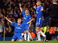 Fotball<br /> Premier League 2004/05<br /> Chelsea v Manchester City<br /> 6. februar 2005<br /> Foto: Digitalsport<br /> NORWAY ONLY<br /> Chelsea's L-R Damien Duff, Joe Cole and Frank Lapmard appeal in vain to referee Howard Webb
