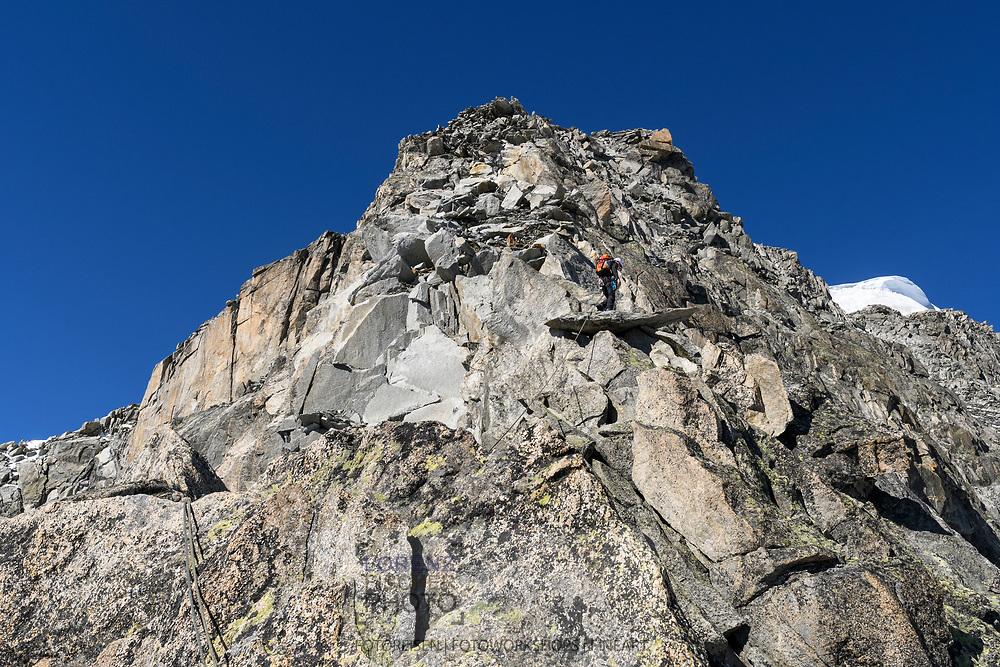 Ein Alpinist klettert im oberen Teil auf dem SE-Grat des Galenstocks, Furka, Uri, Schweiz<br /> <br /> An alpinists is climbing in the upper parts of the SE-Ridge of the Galenstock , Furka, Uri, Switzerland