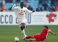 FOOTBALL - AFRICAN NATIONS CUP 2004 - FIRST ROUND - GROUP A - 040201 - TUNISIA v GUINEA - SOULEYMANE YOULA (GUI) / ANIS AYARI (TUN) - PHOTO JEAN MARIE HERVIO / FLASH PRESS<br />  *** Local Caption *** 40001021