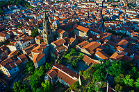 France, Haute-Loire (43), Le Puy-en-Velay, étape sur le chemin de Saint Jacques de Compostelle, vue de la ville, la cathédrale Notre-Dame de l'Annonciation du XIIe siècle // France, Haute-Loire (43), Le Puy-en-Velay, stage on the way to Saint Jacques de Compostela, view of the city