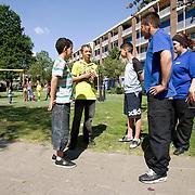 Nederland Rotterdam 11 mei 2008 20080511 Foto: David Rozing .Deelnemers werkgelegenheidsproject Watch Out surveilleren in achterstandswijk Zuidwijk in Rotterdam Zuid/ praten met lokale jeugd.werkgelegenheidsproject Watch Out..Jongeren zorgen voor veiligheid in Rotterdam-Zuid..Twintig werkloze jongeren krijgen een baan in de beveiliging om te zorgen voor extra veiligheid en leefbaarheid in herstructureringsgebieden van Rotterdam-Zuid. De jongeren gaan drie dagen per week werken als toezichthouder en nog één dag per week naar school. Binnen een jaar kunnen zij een startkwalificatie beveiliging behalen..De taak van de jongeren is om vreemde situaties te signaleren en mensen aan te spreken op fout gedrag. Ze worden vooral ingezet in de avonduren en in het weekend. De jongeren worden begeleid en gecoacht op de werkplek en de politie zorgt voor een goede opvolging van hun meldingen..Watch Out!?Het project, genaamd Watch Out!, leiddeal in Vlaardingen tot positieve resultaten. Daar heeft een groot aantal jongeren, na het behalen van het diploma, aansluitend een andere baan gevonden. Ook vonden bewoners de buurt veiliger en warener minder vernielingen..Pact op Zuid?Watch Out! is onderdeel van Pact op Zuid, Een programma voor en door bewoners en ondernemersmet het doel om de achterstanden op Rotterdam-Zuid in te lopen..werkgelegenheidsproject Watch Out..?.Watch out-jongeren in gesprek met kinderen uit de buurt. Foto: David Rozing.Werkloze jongeren volgen hierbij een 1-jarige opleiding tot beveiliger en ze doen praktijkervaring op. Door leerling-beveiligers als toezichthouders in te zetten in 'moeilijke wijken' snijdt het mes aan twee kanten. De jongeren krijgen werkervaring en de bewoners voelen zich veiliger. Het project Watch Out draait sinds vorig jaar november in Zuidwijk in de deelgemeente Charlois. Ook in Hillesluis, Bloemhof, Afrikaanderwijk, Kop van Zuid en binnenkort in Oud Charlois, surveilleren teams van in totaal 45 jonge toezichthouders. Het project wordt uitg