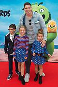 Premiere van ANGRY BIRDS 2 in Pathe Tushinski, Amsterdam.<br /> <br /> Op de foto:  Rico Verhoeven met zijn dochters jazlynn en Mikayla