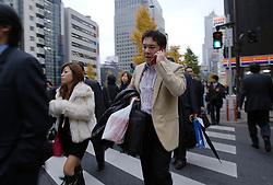 Executivos na hora do rush caminham nas ruas de Tókio. FOTO: Jefferson Bernardes/Preview.com