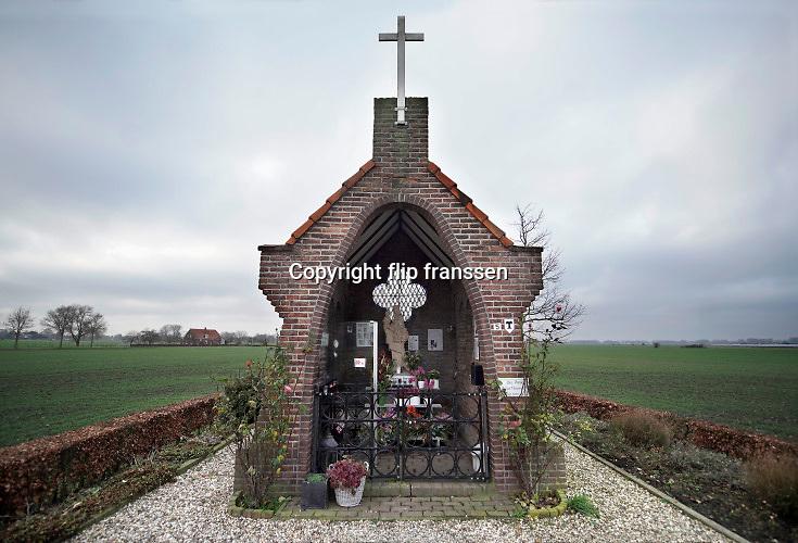 Nederland, Bemmel, 7-1-2020 In een wegkapelletje langs de weg staat een Mariabeeldje. Er kunnen kaarsjes gebrand worden. Er is een steen ingemeltseld. Ook wel genoemd Onze Lieve Vrouw van de Heuvel. Gebouwd ter herinnering aan de Tweede Wereldoorlog.De kapel van O.L. Vrouw van de Bloeiende Betuwe is in 1946 opgericht ter nagedachtenis aan een bloedige slag, die aan het eind van de Tweede Wereldoorlog om deze heuvel heeft plaatsgevonden. Vanaf 1946 tot in de jaren 1960 vertrok op Moederdag een processie vanuit de St. Donatuskerk te Bemmel naar deze veldkapel. Na aankomst werden er door de schooljeugd bloeiende takken bij het beeld van O.L. Vrouw gelegd. Nog steeds wordt de kapel bezocht door individuelen en oorlogsveteranen. FOTO: FLIP FRANSSEN