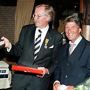 KO dhr. Geersing directeur NOB Kalkovens Huizen overhandiging kado door Ron Kruit Nederlandse Autorensport vereniging