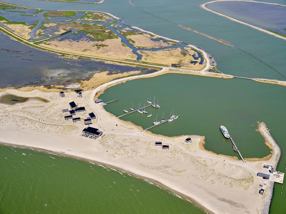 Nederland, Flevoland, Markermeer, 07-05-2021; Marker Wadden in het Markermeer. Havenkom met bungalows ('eilandhuisjes') van Landal GreenParks. Doel van het project van Natuurmonumenten en Rijkswaterstaat is natuurherstel, met name verbetering van de ecologie in het gebied, in het bijzonder de kwaliteit van bodem en water. De Marker Wadden archipel bestaat momenteel uit vijf eilanden, twee nieuwe eilanden zijn in ontwikkeling.<br /> Marker Wadden, artifial islands. The aim of the project is to restore the ecology in the area, in particular the quality of soil and water.<br /> The Marker Wadden archipelago currently consists of five islands, two new islands are under development.<br /> luchtfoto (toeslag op standard tarieven);<br /> aerial photo (additional fee required)<br /> copyright © 2021 foto/photo Siebe Swart