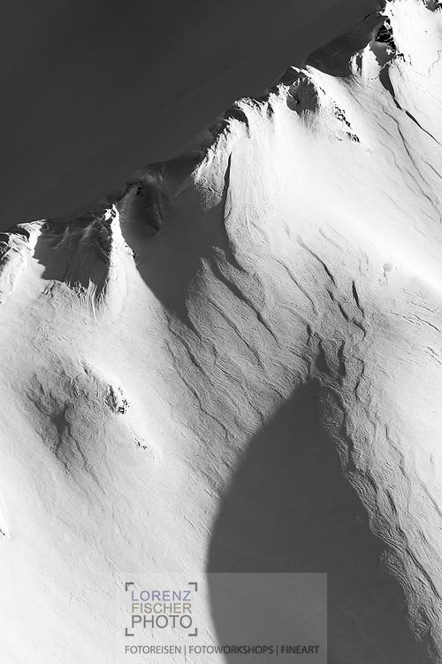 Spiel von Licht und Schatten auf Kuppen und Mulden im Saletscha, Savognin, Graubünden, Schweiz / <br /> <br /> Play of light and shadow on peaks and valleys in Saletscha, Savognin, Graubünden, Switzerland