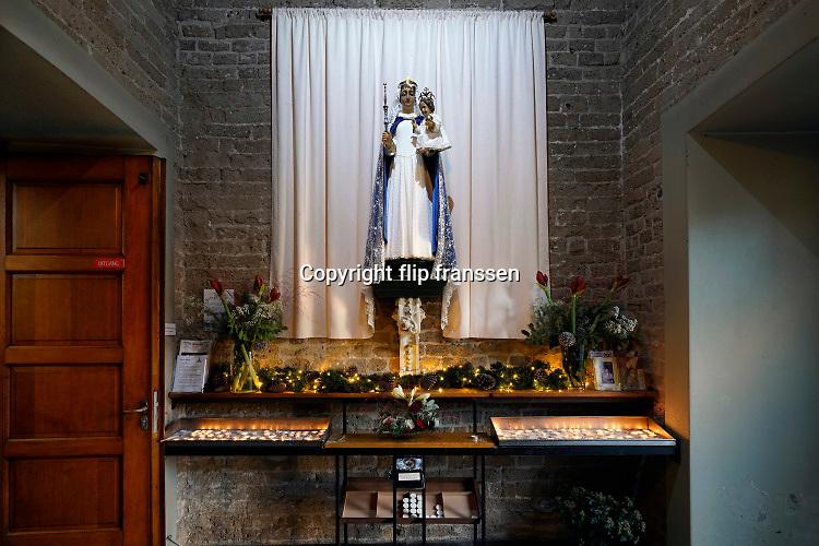 Nederland, Wijchen, 25-12-2020 In het portaal van de Antonius abt kerk is een mariakapel waar mensen kunnen bezinnen en een kaarsje kunnen aansteken . Foto: ANP/ Hollandse Hoogte/ Flip Franssen