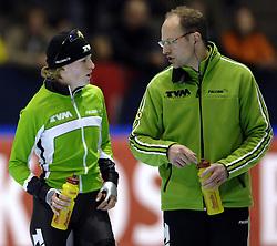 24-12-2006 SCHAATSEN: AEGON NK ALLROUND 2007: HEERENVEEN <br /> Ireen Wust - Nederlands kampioen 2006-2007 en Gerard Kempers <br /> ©2006-WWW.FOTOHOOGENDOORN.NL