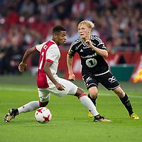 Fotball , 17. august k play-off Europa League , Ajax - Rosenborg BK ,  UEFA , <br /> Ajax speler David Neres in duel met Rosenborg BK speler Birger Meling <br /> <br /> Norway only