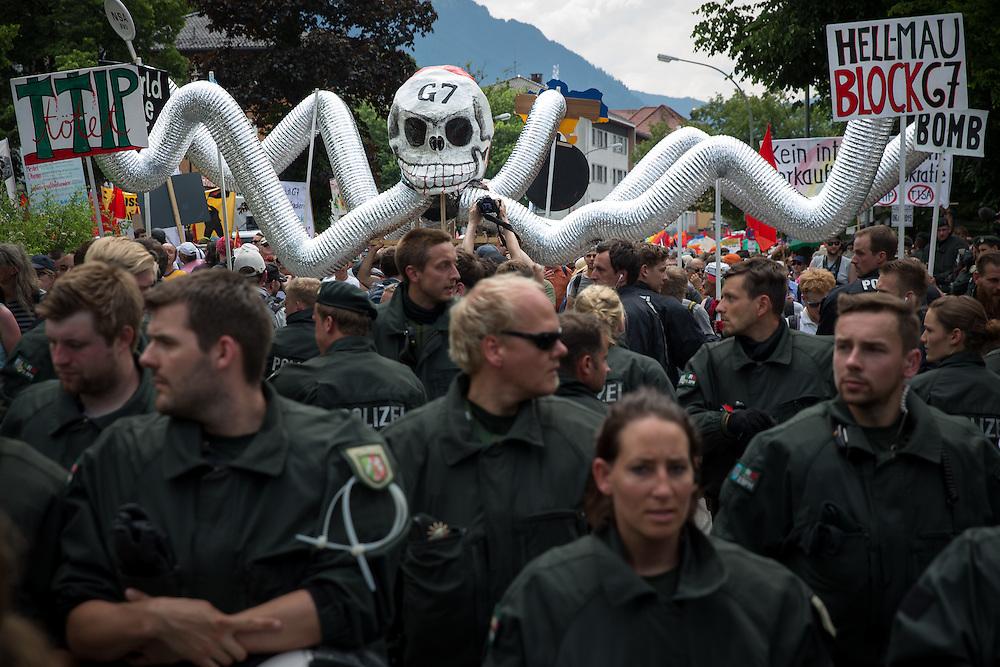Mehrere tausend Menschen protestieren in Garmisch-Partenkirchen gegen den G7-Gipfel au Schloss Elmau. Kurzzeitig kam es zu einem Gerangel zwischen Polizisten und Demonstranten. Die Polizeikräfte setzten Schlagstock und Pfefferspray ein. Die Demonstration wurde friedlich zu Ende geführt.