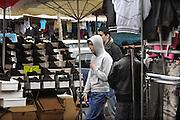 Frankrijk, Parijs, 28-3-2010Twee jongens van noord afrikaanse afkomst lopen over de markt in het noorden van de stad. Foto: Flip Franssen/Hollandse Hoogte