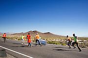 Het vangteam moet hard rennen om de Tativa te kunnen stoppen. In Battle Mountain (Nevada) wordt ieder jaar de World Human Powered Speed Challenge gehouden. Tijdens deze wedstrijd wordt geprobeerd zo hard mogelijk te fietsen op pure menskracht. Ze halen snelheden tot 133 km/h. De deelnemers bestaan zowel uit teams van universiteiten als uit hobbyisten. Met de gestroomlijnde fietsen willen ze laten zien wat mogelijk is met menskracht. De speciale ligfietsen kunnen gezien worden als de Formule 1 van het fietsen. De kennis die wordt opgedaan wordt ook gebruikt om duurzaam vervoer verder te ontwikkelen.<br /> <br /> Catchers have to run fast to stop the Tativa. In Battle Mountain (Nevada) each year the World Human Powered Speed Challenge is held. During this race they try to ride on pure manpower as hard as possible. Speeds up to 133 km/h are reached. The participants consist of both teams from universities and from hobbyists. With the sleek bikes they want to show what is possible with human power. The special recumbent bicycles can be seen as the Formula 1 of the bicycle. The knowledge gained is also used to develop sustainable transport.