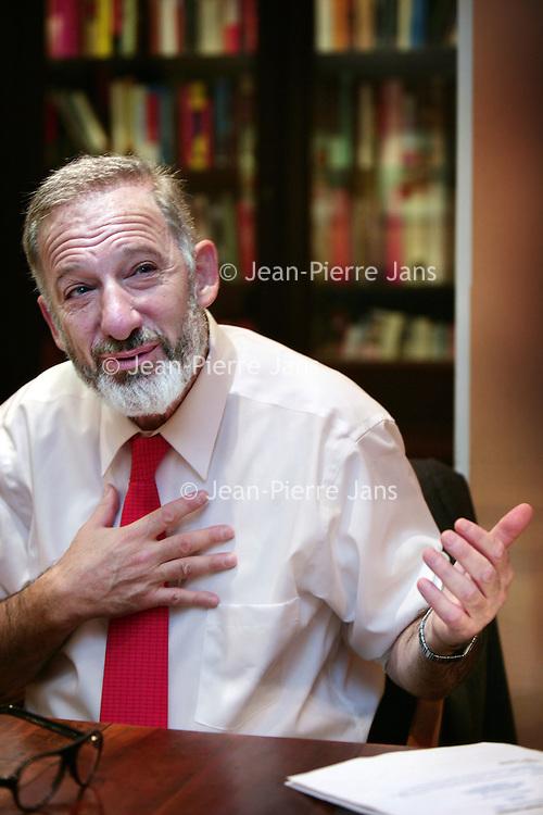 Nederland, Amsterdam , 3 november 2009..Olivier Ameisen was een briljant cardioloog, lijfarts van de Franse oud-premier Raymond Barre (1976 tot 1981) en daarna werkzaam in New York, tot hij gegrepen werd door de alcohol. Hij brak pols, schouder en ribben tijdens black-outs, stierf bijna aan epileptische aanvallen en moest zijn praktijk opgeven. Hij frequenteerde de Anonieme Alcoholisten, probeerde psychotherapie, medicijnen - niets hielp..Toen ontdekte hij baclofen, een spierverslapper die MS-patiënten gebruiken als pijnbestrijder en bij proefdieren bleek te werken tegen hunkering en verslaving. Ameisen schroefde de dosis op tot een niveau waarop hij niet meer hunkerde naar alcohol. Daarna kon hij de dosis langzaam verlagen en was hij genezen van zijn alcoholisme...Olivier Ameisen was a brilliant cardiologist, physician to the former French prime minister Raymond Barre. He used aclofen, a muscle relaxant to be cured of his alcoholism.