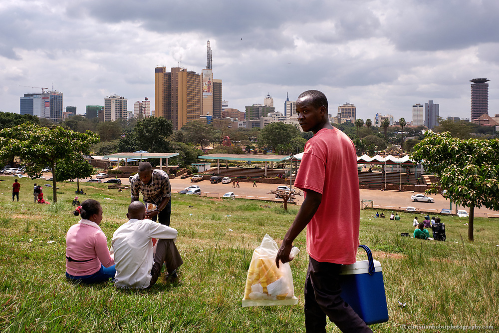 The upper part of Uhuru park near the Minestry of health offers a nice view of the skyline of Nairobi. It´s also popular among young people and couples in Nairobi for romantic rendez-vous. Street vendors roam the green meadow  to sell ice cream, food and beverages.