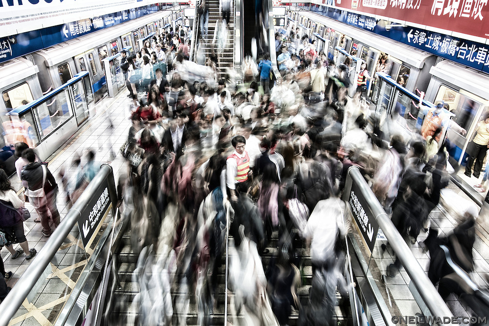 The transfer from the Blue Line to the Orange Line at Zhongxiao-Xinsheng Station can be hectic, but MRT employees are there to help out.