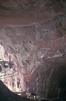 Helicoptero volando dentro de la cueva del tepuy Autana, Amazonas, Venezuela.