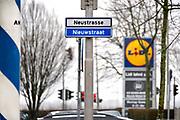 Nederland, Kerkrade, 2-2-2018In Kerkrade loopt de nieuwstraat, neustrasse, die de grens vormt tussen Nederland en Duitsland, Herzogenrath. Straatnaamborden in twee talen, nederlands en duits .Foto: Flip Franssen