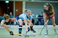 ALMERE - hoofdklasse competitie zaalhockey . Laren-MOP. Elin van Erk (Laren) met rechts Rosalie de Beer (MOP).  COPYRIGHT KOEN SUYK