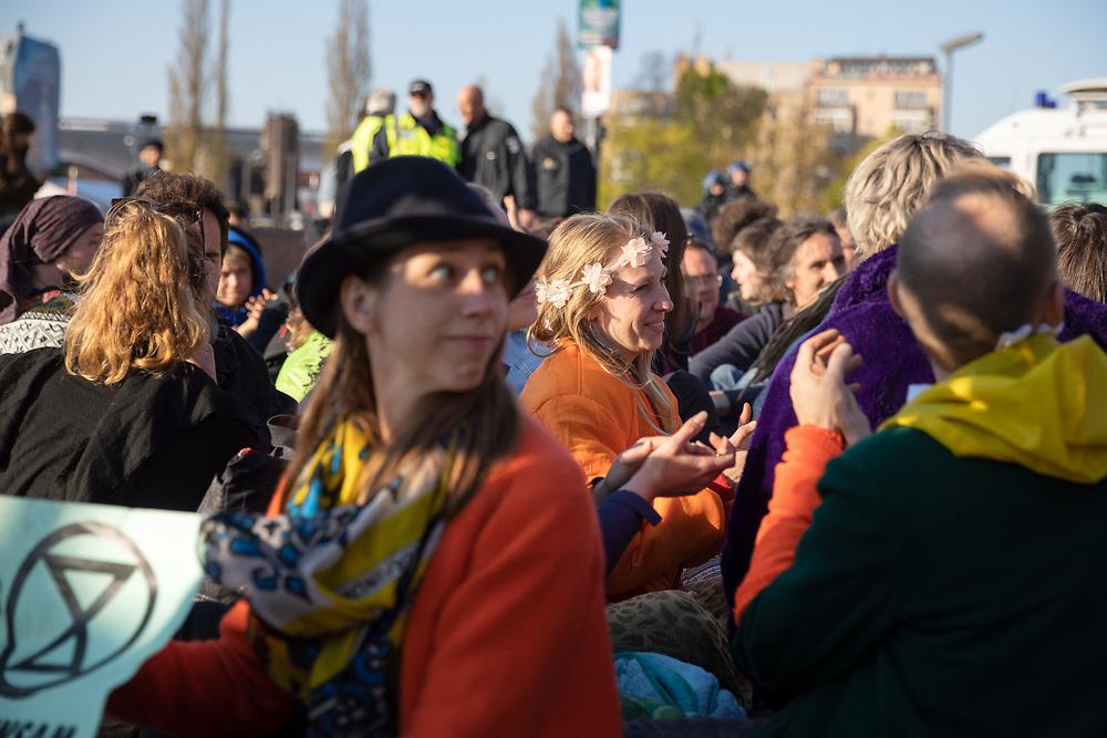 """Aktivisten von Extinction Rebellion (XR)  blockieren im Rahmen der der internationalen Rebellionswoche unter dem Motto """"Aktion Spreebrücken - Friedlich, zivil & ungehorsam!"""" die Oberbaumbrücke in Berlin. Weltweit protestieren Menschen in 40 Ländern im Namen von Extinction Rebellion gegen die Klimapolitik und fordern sofortige Klimaschutzmaßnahmen.<br /> <br /> [© Christian Mang - Veroeffentlichung nur gg. Honorar (zzgl. MwSt.), Urhebervermerk und Beleg. Nur für redaktionelle Nutzung - Publication only with licence fee payment, copyright notice and voucher copy. For editorial use only - No model release. No property release. Kontakt: mail@christianmang.com.]"""