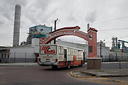 Pórtico de entrada del barrio Balneario Alegría, construido en los años 70, antes del establecimiento de la fábrica. La fábrica la fábrica tuvo que reconstruiur después de ser derrocado por uno de sus camiones.
