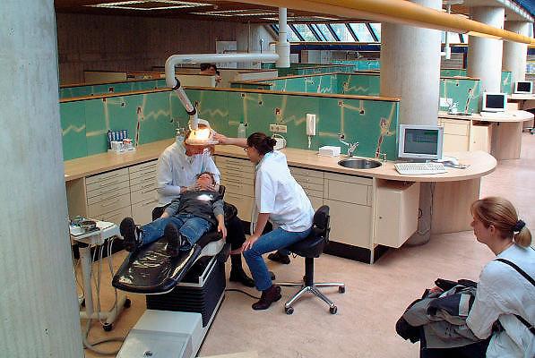 Nederland, Nijmegen, 6-6-2002..Jeugdtandzorg bij de GG en GD. tandarts, preventie, gebitsverzorging..Foto: Flip Franssen