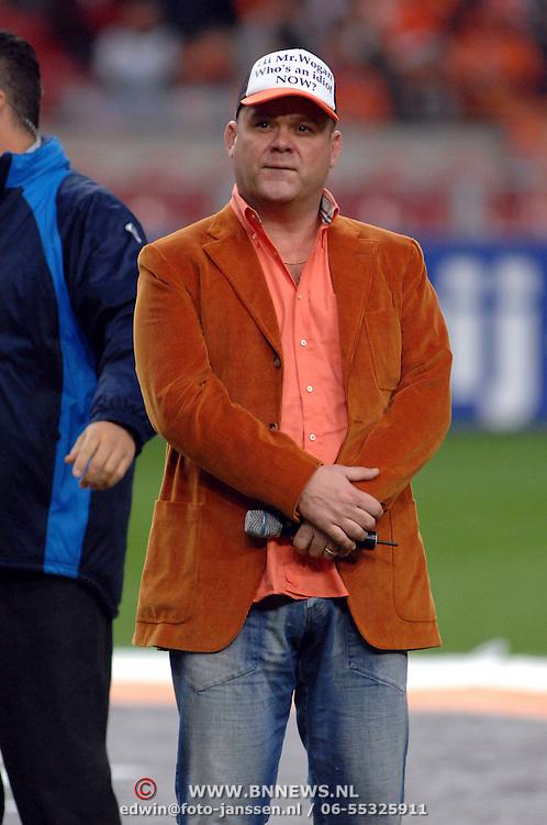 NLD/Amsterdam/20061115 - Voetbal, Nederland - Engeland, Paul de Leeuw zingt het volkslied met een petje op