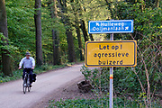 Nederland, Gaanderen, 2-5-2019In dit landelijke gebied in de achterhoek is een bord geplaatst met de waarschuwing dat hier een agressieve buizerd rondvliegt. De roofvogel heeft waarschijnlijk een nest met jongen en wil dee beschermen .Foto: Flip Franssen