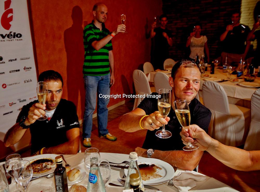 BARCELONA SPANIA 20090709..Tour de France 6 etappe. ..Thor Hushovd unner seg et glass Champagne til middagen etter seieren på dagens etappe. Her sammen med lagkameratene. Ved siden av Thor sitter Íñigo Cuesta López. I bakgrunnen Cervelo eier Gerard Vroomen. ..FOTO: DANIEL SANNUM LAUTEN