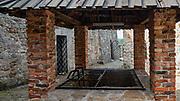 Dobczyce, 2020-05-09. Ruiny sredniowiecznego zamku krolewskiego w Dobczycach - studnia zamkowa.
