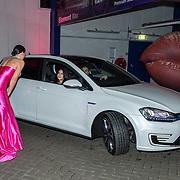 NL/Amsterdam/20201112 - Albumpresentatie Famke Louise bij carwash Loogman, Famke Louise begroet haar gasten tijdens de drive through