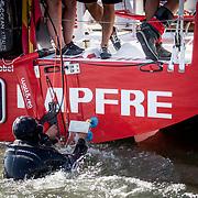 © Maria Muina I MAPFRE Cleaning the boat before the race. Limpiando el barco antes de la salida.