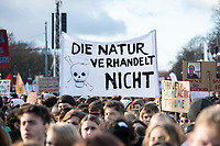 "29 NOV 2019, BERLIN/GERMANY:<br /> Demonstranten mit Transparent ""Die Natur verhandelt nicht"", Fridays for Future Demonstration fuer mehr Klimaschutz, vor dem Brandenburger Tor<br /> IMAGE: 20191129-01-014<br /> KEYWORDS: Streik, Klima, Demo, Demostrant"