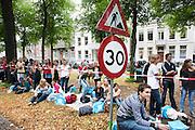 Studenten kijken naar de parade waar de studentenverenigingen van Utrecht zich presenteren aan de nieuwe lichting. Vandaag zijn in Utrecht de introductiedagen, onder de noemer UIT, van start gegaan. Eerstejaars studenten maken onder begeleiding van ouderejaars kennis met elkaar en de stad waar ze gaan studeren.<br /> <br /> Students are watching the parade of the societies during the introduction week of the university.