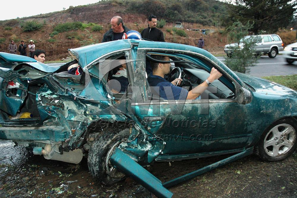 Atizapan, Mex.- Bomberos rescatan con equipo especial a los tripulantes de un vehiculo Pontiac que fue embestido por otro auto en la avenida Jorge Jiménez Cantú a la altura de la colonia La Estadía, el saldo total fue de cuatro personas con heridas de gravedad que fueron trasladadas a distintos hospitales de la zona. Agencia MVT / Especial. (DIGITAL)<br /> <br /> <br /> <br /> <br /> <br /> <br /> <br /> NO ARCHIVAR - NO ARCHIVE