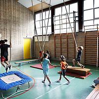 Nederland, Amsterdam, 17 september 2010..Kinderen van groep 2 en 3 van  Basisschool Pieter Jelles Troelstraschool tijdens de gymles. .Foto:Jean-Pierre Jans