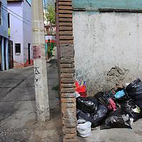 Toluca, México.- En algunas calles de Toluca se puede observar montones de basura,  en su mayoría desechos que resultaron de las fiestas de Año Nuevo. Agencia MVT / Crisanta Espinosa